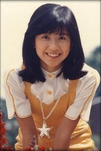 大場久美子 若い頃 昭和 黒髪セミロング 笑顔 ミイヒ似てる